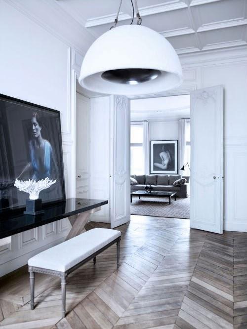 Das unglaubliche Apartment von Patrick Gilles und Dorothée Boissier: Im Flur setzt eine große Industry-Leuchte Bilder ins richtige Licht.