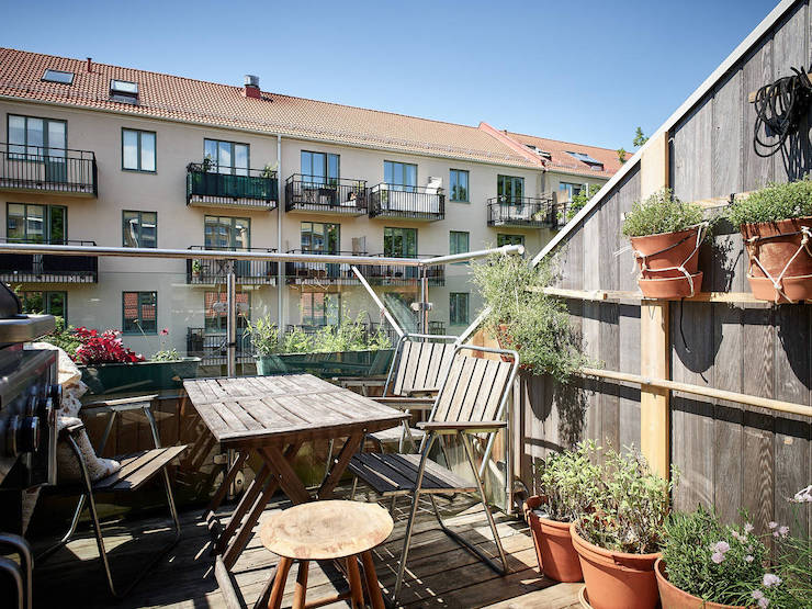 Un ático con una reforma de cocina low cost: terraza con cocina/barbacoa portátil.