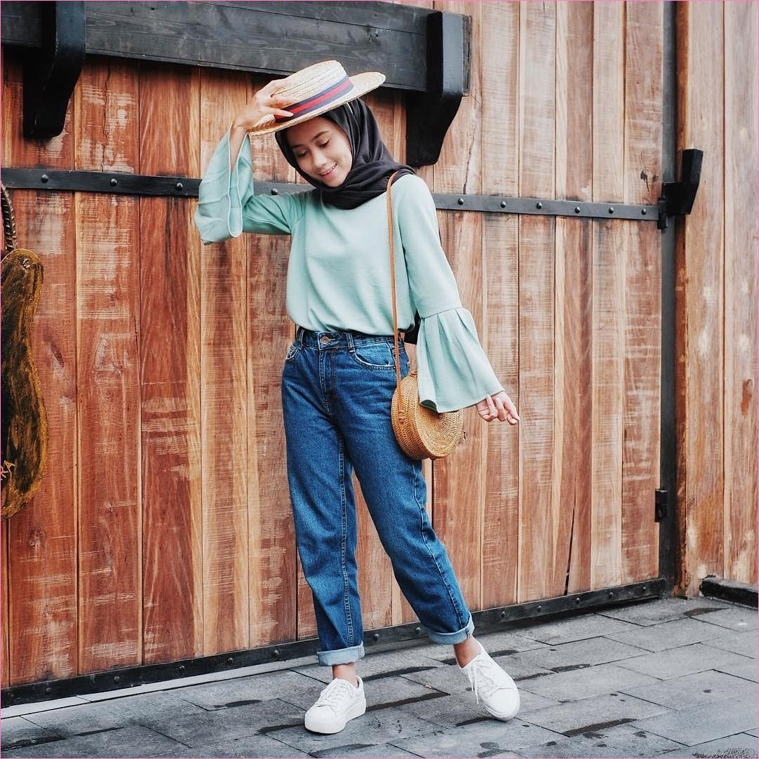 Outfit Baju Top  Blouse Untuk Hijabers Ala Selebgram 2018 bell sleeve blouse stripes abu pallazo cullotes celana jeans denim sobek kets sneakers putih hijab pashmina rawis kacamata hitam ciput rajut ikat pinggang ootd