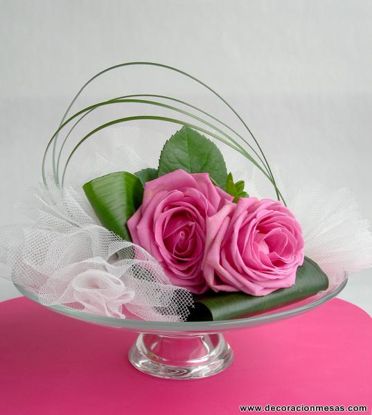 el montaje lo podeis ver en las fotos simplemente pegar el portavelas al plato para darle altura y colocar encima el ramo y las flores de tul