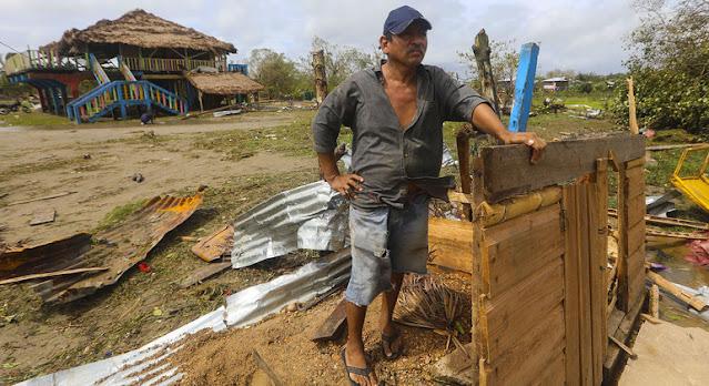 Un hombre inspecciona los daños de su casa tras el paso del huracán ETA por Puerto Cabezas, la principal ciudad de la región del Caribe septentrional de Nicaragua.Fototeca del PMA