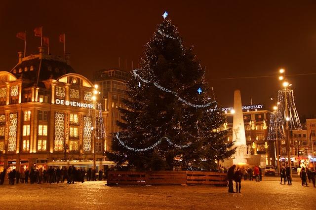 Árvore de natal na praça Dam em Amsterdã