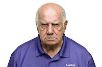 Heyheyleri üstünde sinirli ve öfkeli yaşlı adam