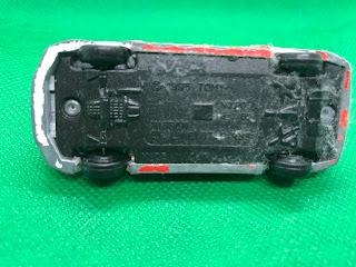 日産 スカイライン GT-R R33 のおんぼろミニカーを底面から撮影