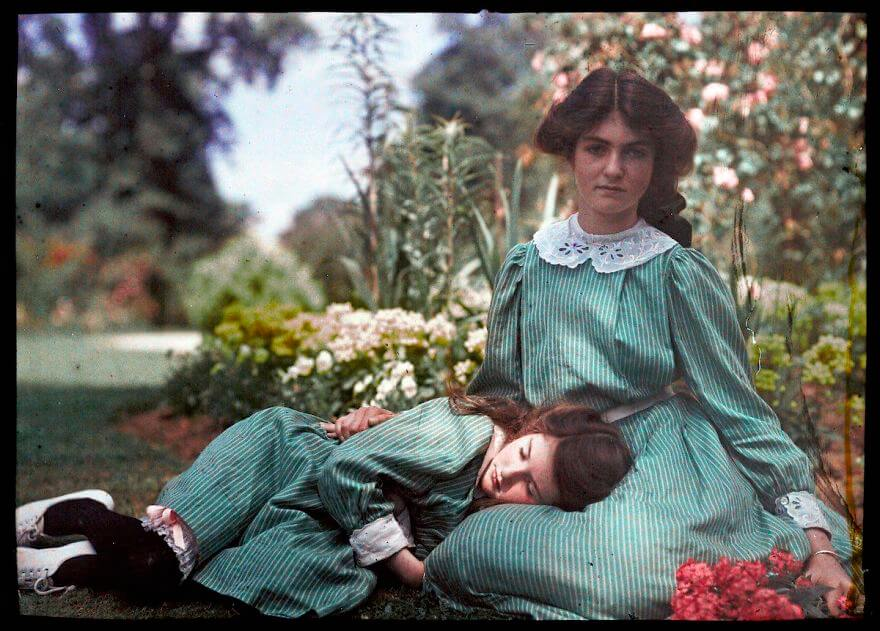 40 Old Color Pictures Show Our World A Century Ago - An Autochrome Of Two Sisters, 1908