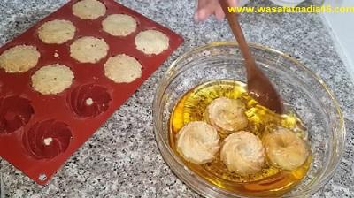 كيفية تزيين حلوى التاج المعسلة