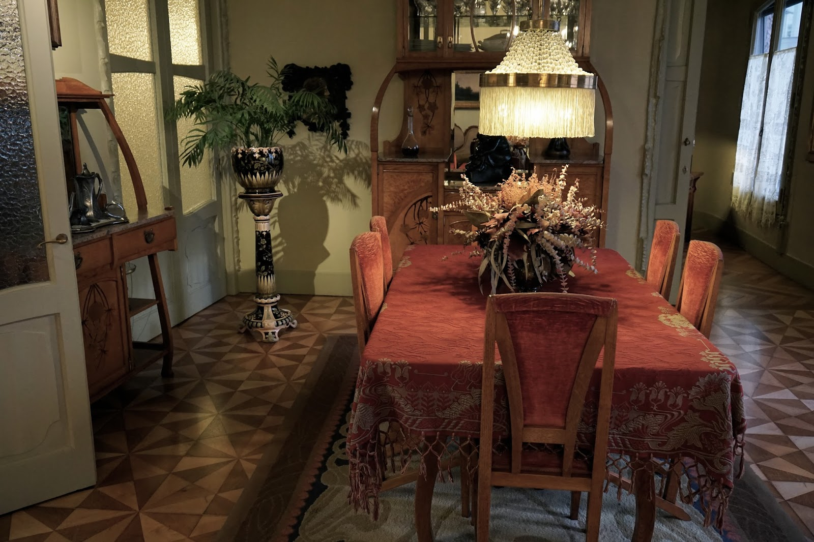 カサ・ミラ(Casa Milà) 寄木張りの床の食堂