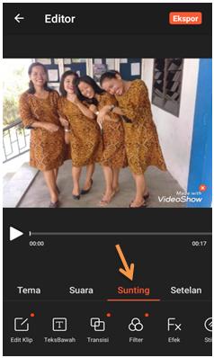 VideoShow merupakan sebuah aplikasi untuk membuat video dari beberapa foto. Bukan hanya itu saja, dengan menggunakan aplikasi ini kamu dapat menambahkan teks dengan berbagai gaya, musik, stiker, efek suara, dan bahkan GIF yang kreatif sehingga video yang dihasilkan lebih menarik.     VideoShow juga bisa menggabungkan, membagi, dan memotong video jika tidak perlukan, juga mengatur kecepatan setiap klip video, yang menarik dari aplikasi ini adalah memiliki lebih dari 50 tema yang tersedia untuk membuat video yang luar biasa, bahkan dapat menambahkan lagu yang ada di perangkat anda.     Untuk mendapatkan aplikasi ini bisa di unduh langsung melalui play store dan cara menggunakannya cukup mudah. Dengan demikian tigaribu.net akan menjelaskan cara membuat video menggunakan aplikasi VideoShow di Android.      Cara Membuat Video Dari Gambar di Aplikasi VideoShow    1. Buka aplikasi VideoShow, Pilih Slideshow      2. Pilih beberapa foto dari galery kamu yang akan dijadikan dalam bentuk video, setelah selesai klik berikutnya pada bagian kanan     3. Akan tampil foto-foto yang telah kamu pilih dalam bentuk video, lalu klik play       Cara Memasukan Teks ke Video di Aplikasi VideoShow    Seperti yang sudah di jelaskan di atas dengan menggunakan aplikasi VideoShow kamu dapat menambahkan teks dalam video agar terlihat lebih menarik. Caranya adalah :    1. Klik Sunting pada bagian bawah     2. Pilih Teks Bawah untuk membuat teks dalam video      3. Klik tanda + pada bagian tengah bawah untuk menambahkan teks     4. Akan ada tampilan seperti di bawah ini. silahkan ketik teks  yang dinginkan. Seperti contoh tigaribu.net, setelah selesai klik OK    5. Secara otomatis teks yang telah dimasukan akan ada dalam video yang telah kamu edit. Untuk menambahkan efek dan bentuk teks agar terlihat lebih menarik, pada bagian bawah terdapat banyak pilihan yang bisa kamu gunakan.    6. Setelah edit teks selesai maka klik tanda centang yang berada di pojok kanan atas. Maka teks akan ada di video ke