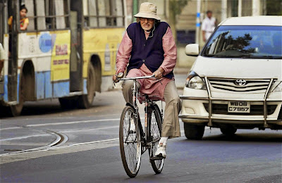 Amitabh Bachchan as Bhaskor Banerjee in Piku, paddling a bicycle in Kolkata, Directed by Shoojit Sircar