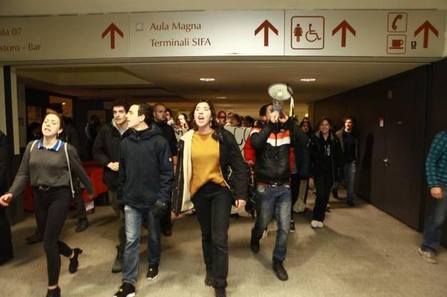 Buongiornolink - Bicocca, irruzione degli studenti all'inaugurazione anno accademico  FOTO e VIDEO