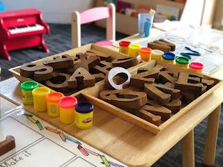 صورة من حضانة اطفال عن لعبة البازل باستخدام الحروف الابجدية لتعليم الاطفال عن طريق اللعب