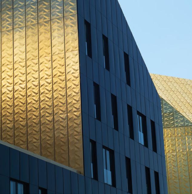 Fachada paneles aluminio anodizado dorado