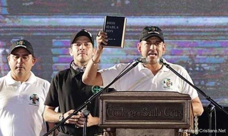 Luis Fernando Camacho con Biblia