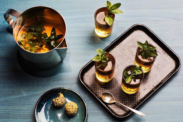 Đây là đồ uống phổ biến ở Morocco, thường được phục vụ trong một bữa ăn. Thức uống này cũng được sử dụng trong những sự kiện quan trọng trong cuộc sống của người dân nước này như đám cưới, sinh nhật hay các ngày lễ tôn giáo. Đặc biệt, người dân sử dụng đường phèn để làm cho vị trà được ngọt và thanh mát hơn. Trà thường được phục vụ trong một chiếc khay làm bằng kim loại, trang trí công phu, tinh tế.