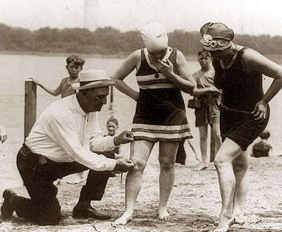 http://1.bp.blogspot.com/-I46RP8OP124/UQs85SyilNI/AAAAAAAAFPI/PPbJtYKWnB4/s400/1920+Bathing-Suits.jpg