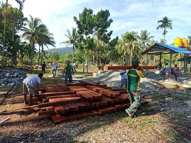 Satgas Yonif MR 413 Kostrad Bantu Masyarakat Perbatasan RI-PNG Bangun Pagar Masjid