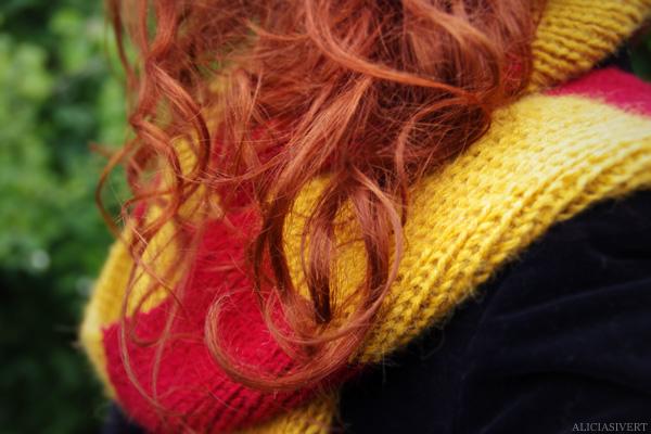 aliciasivert, Alicia Sivertsson, Harry Potter, Hogwarts, Gryffindor, scarf, knit, knitting, red, yellow, stripes, fringe, shawl, redhead, red hair, girl, woman, fan art, handicraft, handcraft, pyssel, hantverk, elevhem, halsduk, harry potterhalsduk, gryffindorhalsduk, röd, gul, randig, frans, sticka, stickning, stickad