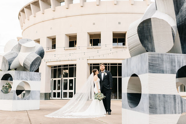 bride and groom outside orlando museum of art