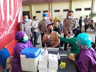Untuk Meningkatkan Pelayanan Masyarakat,Seluruh anggota Polres Probolinggo di Vaksin Covid-19