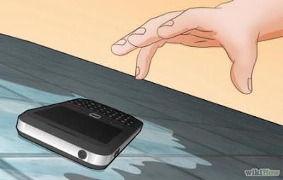 Keluarkan dari Air - Mengatasi Ponsel Tercebur ke Air
