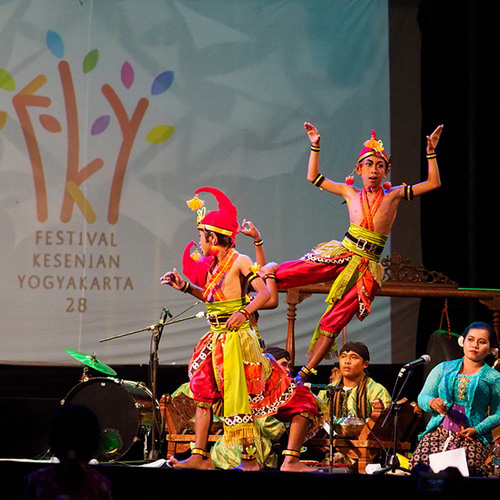 Tinuku Travel Yogyakarta Arts Festival, the largest arts and cultural events in the world presents classic and contemporary colossal