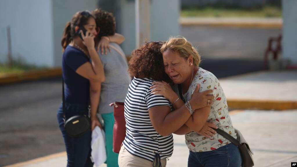 Los familiares de una de las víctimas que murieron durante un ataque a un bar lloran frente a la oficina del fiscal del estado de Veracruz en Coatzacoalcos / AP