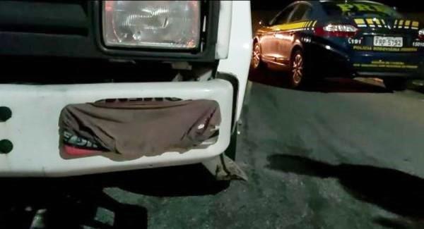 PRF flagra caminhoneiro utilizando cueca para cobrir a placa do veículo