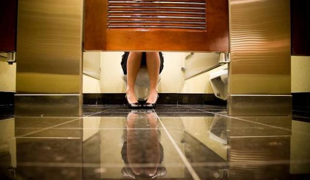 هل تساءلت لماذا تكون أبواب دورات المياه قصيرة في بعض الدول؟ واخيرا..كشف السر وراء قصر طول أبواب الحمامات العامة..هل هي اسباب مقنعة؟