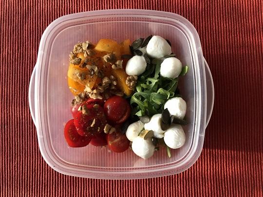 Sałatka z rukolą, pomidorami i serem mozzarella