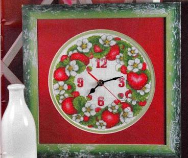 Orologio a punto croce con le fragole