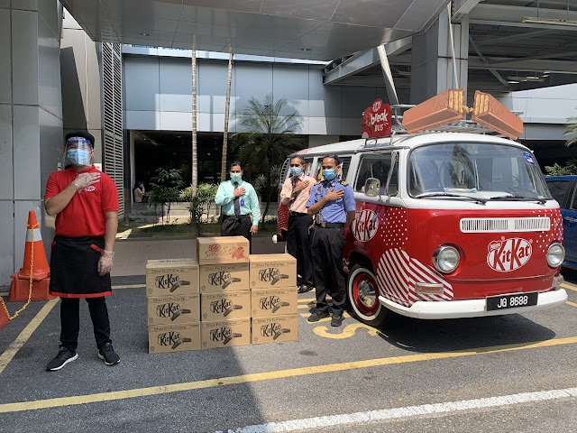 Healthcare workers at Hospital Serdang receiving product donations from KITKAT