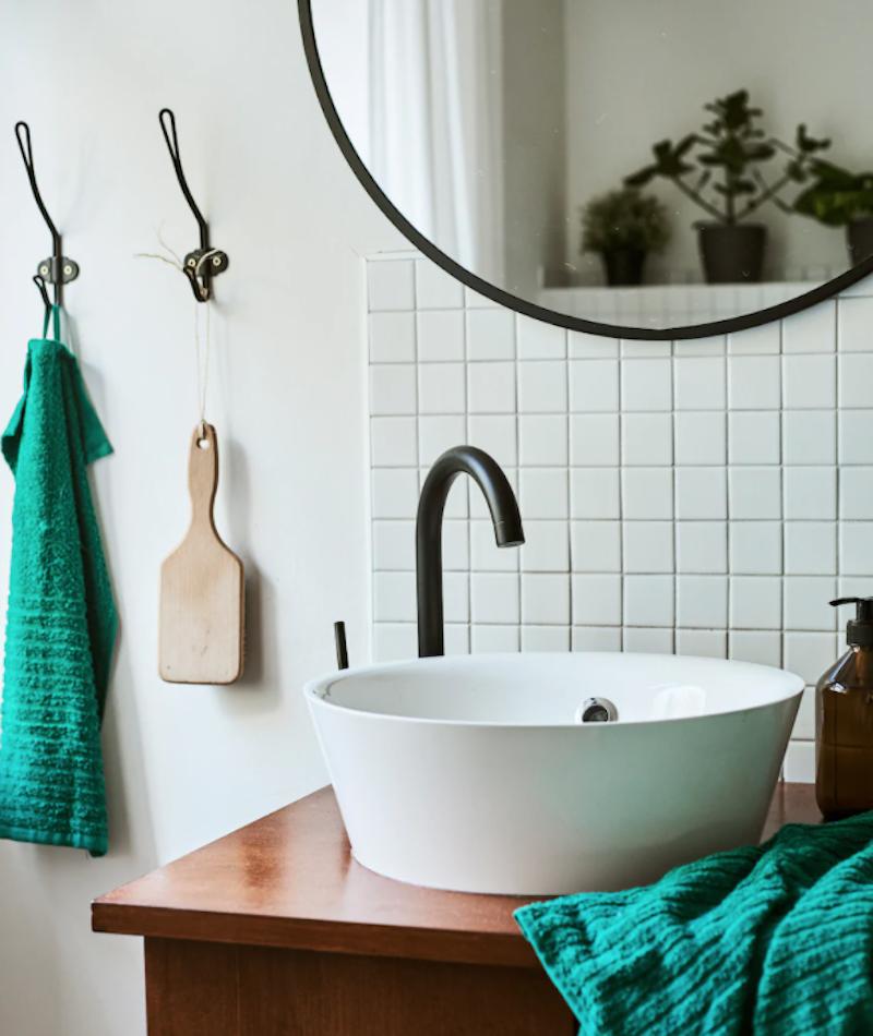 Baño con mueble reciclado