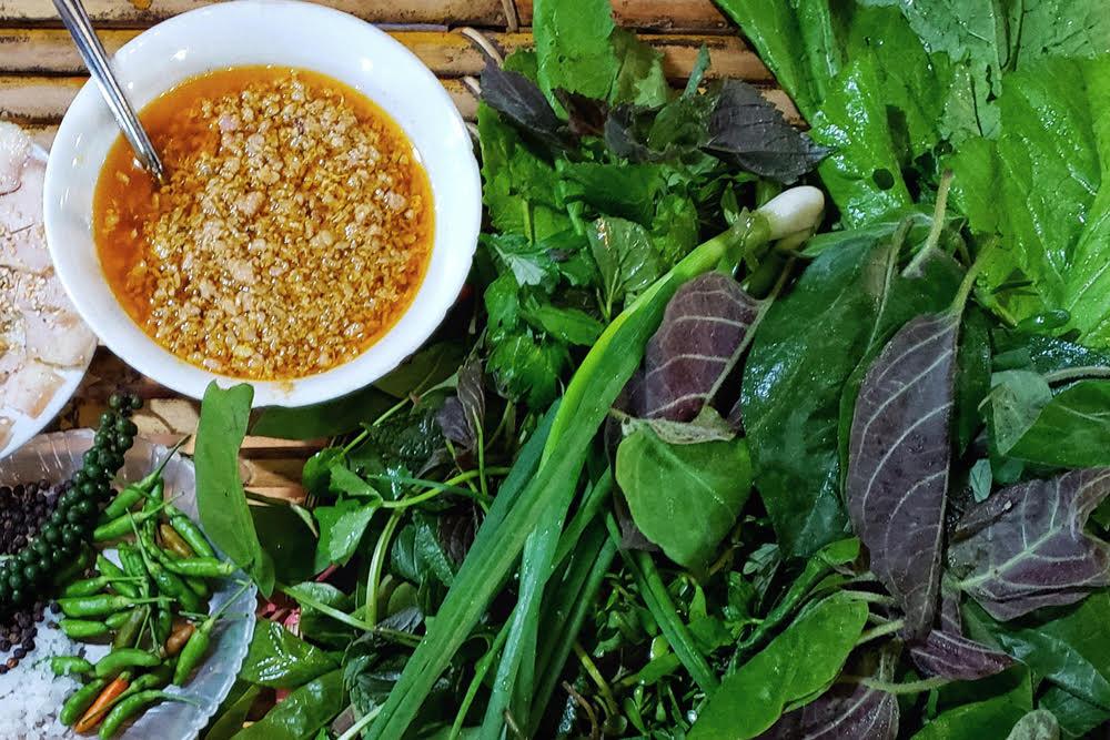 Bát nước chấm đặc biệt chỉ có ở món gỏi lá, nếu không có nó sẽ rất khó hòa hợp nổi hàng chục hương vị khác nhau.