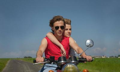 Benjamin Voisin e Félix Lefebvre em cena de 'Verão de 85' (crédito: divulgação)