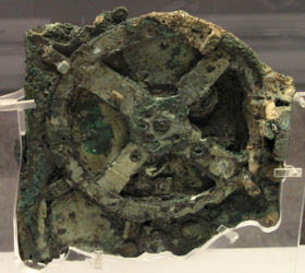 The mechanism of anticyde reveals some of its secrets Discovered in 1900 by fishermen of sponges, in a wreck near the shores of the Greek island of Antikythera, and dated around 87 BC, this bronze machine, circular,