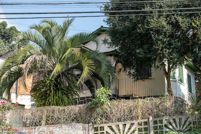Casa na Rua Mateus Lems, Curitiba, com ornamento de ferro na fachada