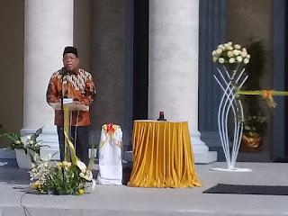 Wali Kota Tual Adam Rahayaan, S. Ag., M. Si., menyampaikan sambutannya pada momen Pentahbisan Gereja Katolik St. Fransiskus Xaverius Tual, Rabu (16/06/2021). Foto: Nick Renleuw