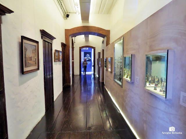 Vista de corredor interno do Museu de Arte Sacra - Luz - São Paulo
