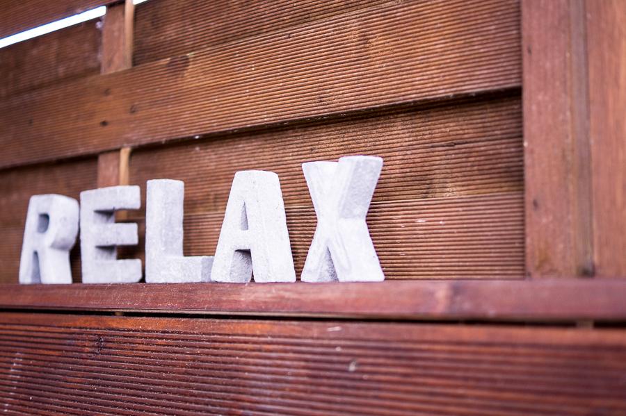 Blog + Fotografie by it's me | fim.works | Ein Garten im Norden | Schriftzug RELAX aus Beton