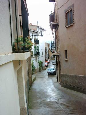 Calle San Roque, desde el portal hacia abajo, el Renault Clio de Lola de Garsía