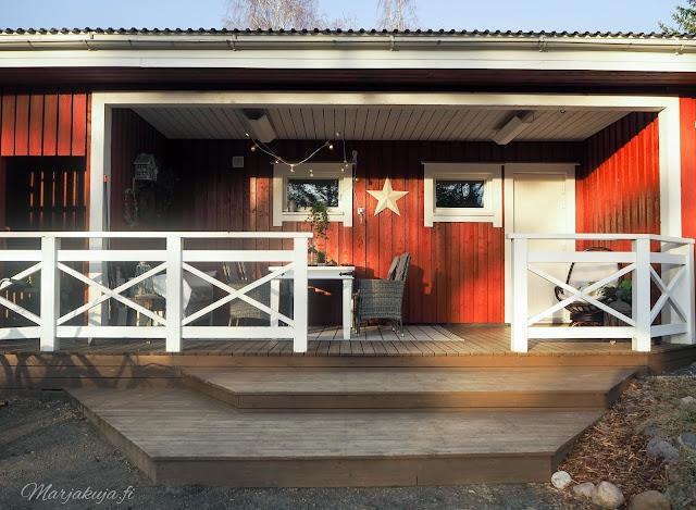 terassi kevät sisustus pihasisustus katettu talo punavalkoinen