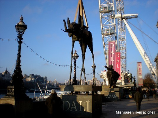 Figuras de Dalí en el río Tamesis, Londres