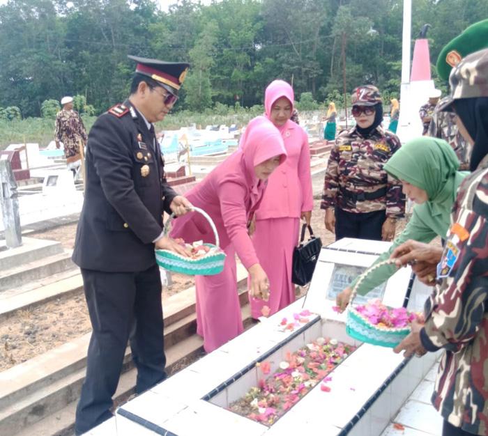 Peringati HUT RI ke-74, Jajaran Polsek Terusan Nunyai Gelar Tabur Bunga di TMP Bandaragung