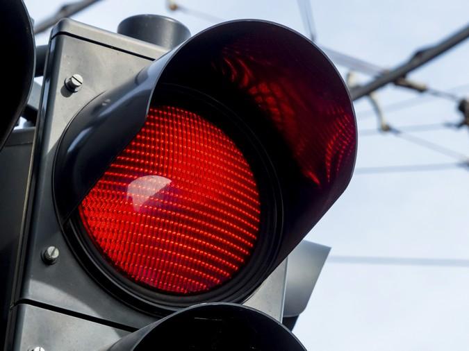Nova lei de trânsito autoriza conversão à direita em sinal vermelho, mas com exceções