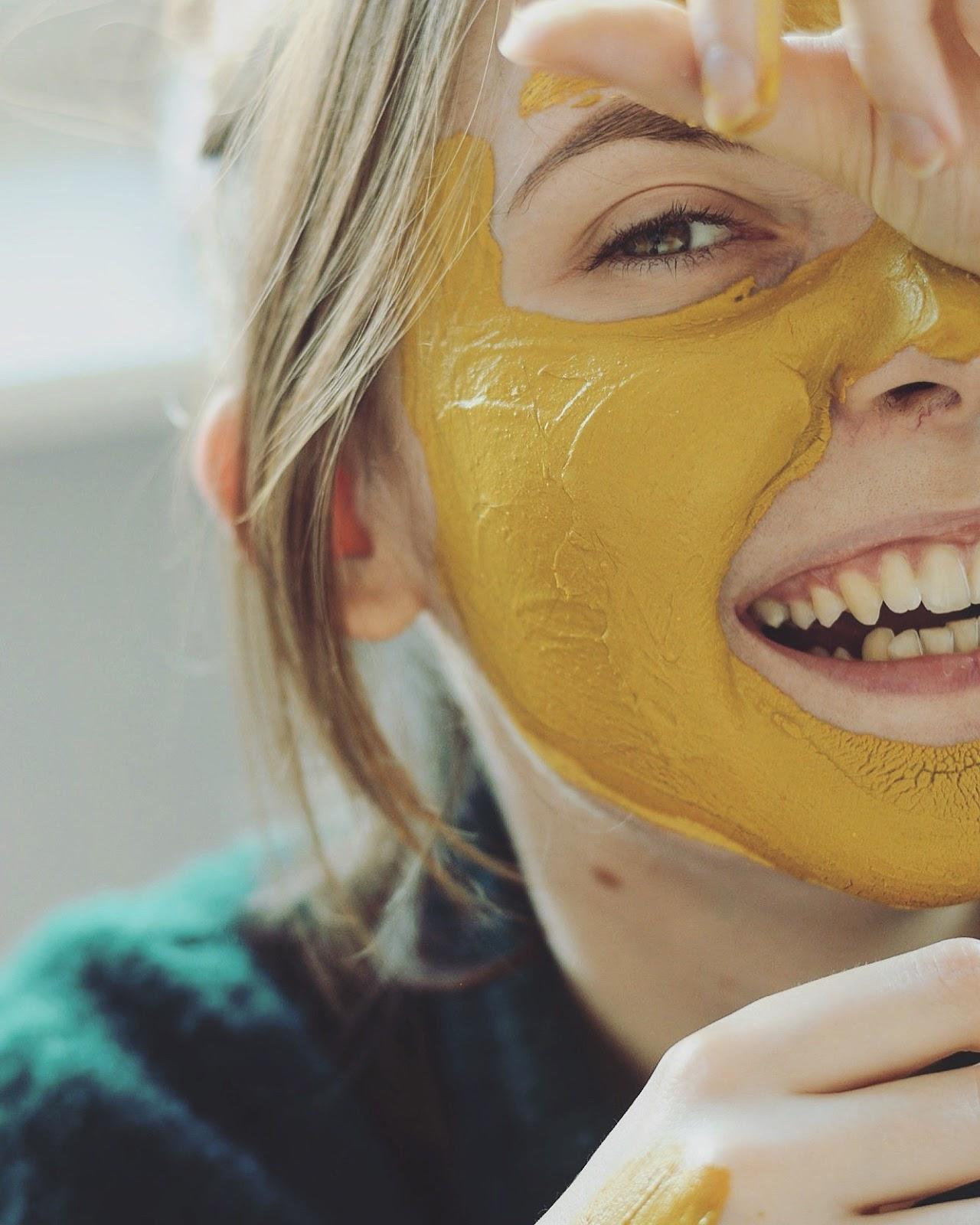 kurkuma na pryszcze i przebarwienia maseczka z kurkumy na trądzik jak zrobić czy działa jak domyć maseczkę z kurkumy