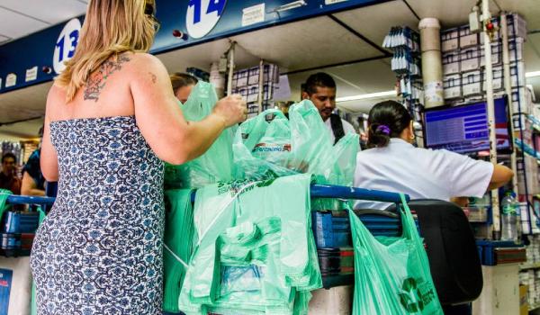 Consumidor não pagará mais por sacolinhas plásticas em São Paulo