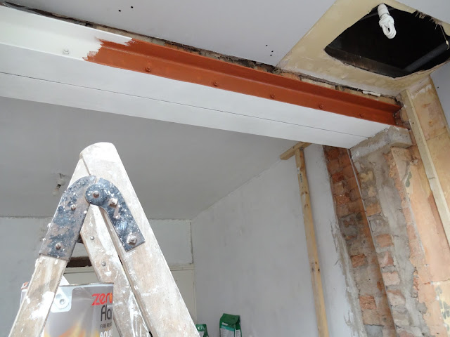 steel beam feature in kitchen