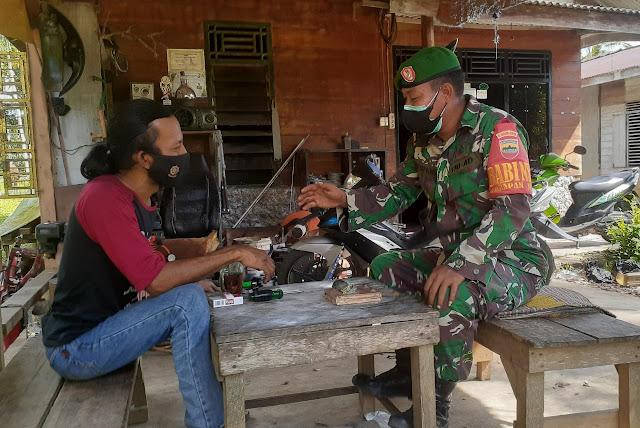 Babinsa Edi Sufriyadi Lakukan Komsos Dengan Warga Desa Harapan Jaya dan Menghimbau Warga Terapkan Prokes