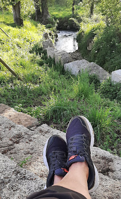 pés a descansar na s margens do rio Tinto no Parque Oriental do Porto