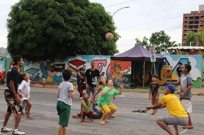 Pais resgatam brincadeiras de rua para afastar filhos de games e celulares